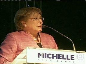 Escolha da nova presidente do Chile será realizada no segundo turno - Duas mulheres estão na disputa pela Presidência do Chile. Estudantes protestaram. Pela primeira vez, o voto não foi obrigatório. O segundo turno será decidido em dezembro.