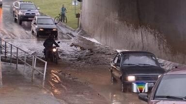 Chuva forte derruba árvores e destelha imóveis em Taubaté - A pancada, que durou menos de uma hora, veio acompanhada de granizo e provocou pontos de alagamento, complicando o trânsito na cidade.