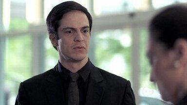 Félix tem os cartões de crédito bloqueados - O administrador se despede da casa e de Jonathan. Ele vai a um hotel, mas não consegue ficar hospedado e faz um escândalo