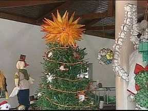 Castro se prepara para o Natal - Voluntários estão fazendo os objetos de decoração com materiais recicláveis.