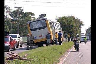Acidente envolvendo ônibus e moto deixou trânsito lento da avenida Pedro Álvares Cabral - Acidente envolvendo ônibus e moto deixou trânsito lento da avenida Pedro Álvares Cabral.