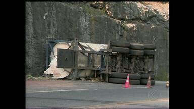 Caminhão carregado com produto químico tomba na BR-265 em MG - Vazamento pode atingir um córrego que abastece cidades da região. Acidente foi próximo a Barbacena; condutor disse que dormiu ao volante.