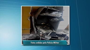 Agência bancária é arrombada na cidade de Angelim - Segundo a polícia, quatro homens armados chegaram ao local em um carro e explodiram um caixa eletrônico.