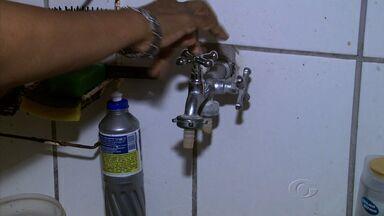 Moradores do bairro do Prado reclamam da falta d'água na região - Eles dizem que falta água quase todos os dias e que precisam improvisar para driblar a situação. Segundo a Casal, problema foi causado em uma bomba que abastece o bairro.