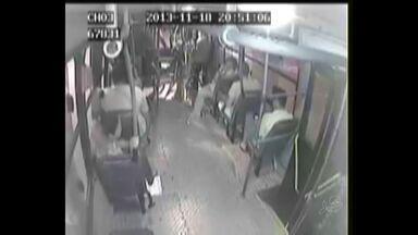 Câmeras de segurança flagram assalto na Linha 10 - Número de assaltos tem aumentado em transporte público.