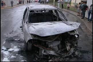 Suspeitos colocam fogo em viatura da Polícia Civil em Mogi das Cruzes - A viatura estava em um condomínio da CDHU, no distrito de César de Sousa, em Mogi das Cruzes. O crime aconteceu quando os policiais foram até o local prender suspeitos de tráfico de drogas.