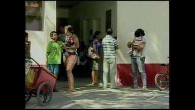 Crianças passam mal após comerem merenda em escola do ES - 33 alunos foram internados com sintomas como náuseas e até desmaios.A Secretaria de Saúde montou uma equipe para cuidar das crianças.
