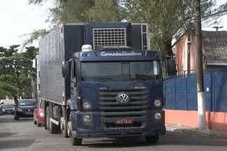 Caminhões impedem saída de veículos de casa na Cidade Baixa - Moradores da região, em Salvador, reclamam que frequentemente encontram as garagens de casa bloqueadas por caminhões que estacionam nos locais.