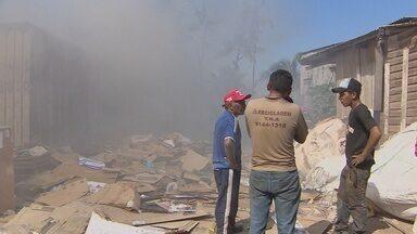 Incêndio em sucataria assusta moradores do bairro Buritizal - Um incêndio em uma sucataria assustou os moradores do bairro Buritizal na tarde desta sexta-feira.