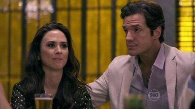 Valdirene leva Ignácio para o show de Carlito - Valentin flagra Vivan prestes a beber whisky e a impede. Ignácio vê Valdirene aos beijos com Palhaço e ela finge ter sido agarrada pelo ex