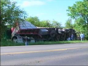 Carreta carregada de arroz sofre acidente na BR-472 - Motorista perdeu o controle do veículo, saiu da pista e tombou.
