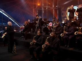 Marcos Szpilman canta acompanhado da banda 'Rio Jazz Orchestra' - Médico e músico, ele mostra seus talentos no palco do programa