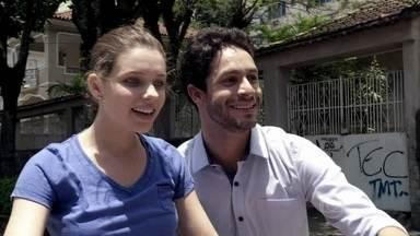 Rafael ensina Linda a andar de bicicleta - Neide fica preocupada e briga com o advogado. Na primeira tentativa, a jovem cai e a mãe grita desesperada. Rafael insiste e Linda se diverte