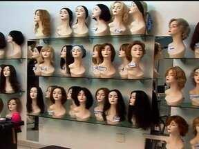 Perucas aquecem o mercado da beleza - Elas estão nas vitrines e nos salões de beleza. As perucas podem ser uma solução para pacientes que passam por algum tratamento de saúde. O mercado está em alta, com a fabricação cada vez maior do produto.
