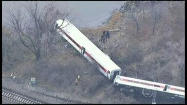 Investigadores tentam descobrir o que causou o descarrilamento de trem em NY - Quatro pessoas morreram no acidente e mais de 60 ficaram feridas. Testemunhas disseram que o trem parecia estar acima da velocidade. É o segundo acidente este ano com esse sistema de trem.