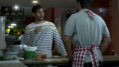 Ninho compra as pizzas para Aline - Ele fica empolgado com a possibilidade de ver a morena