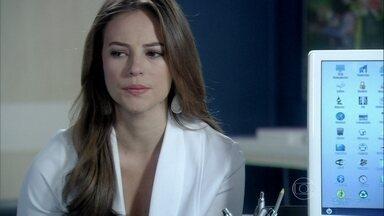 Paloma se preocupa com a ambição de Jacques - Lutero comenta que Félix assediou o cirurgião. Pilar recebe flores de Jacques. Maciel fica incomodado