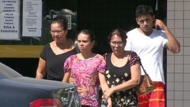 Pai e bebê são mortos a tiros em São Gonçalo - Duas pessoas, entre elas um bebê de dois anos, foram mortas a tiros em São Gonçalo. Segundo a polícia, o crime teria sido motivado por uma disputa entre traficantes e milicianos.