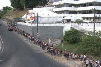 Centenas de pessoas formaram uma imensa fila em frente ao Senac Aquidabã nesta quinta - O motivo foi a abertura das inscrições para os primeiros cursos que serão oferecidos em 2014, e o número de vagas é limitado.
