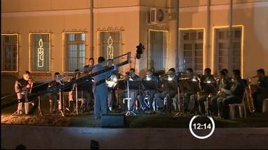 PM faz Cantata de Natal em Taubaté, SP - A noite desta quarta-feira ficou mais iluminada e alegre em Taubaté (SP). A Cantata de Natal realizada pela Polícia Militar reuniu estudantes, pms e cantores em uma apresentação.