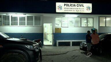Policiais presos são suspeitos de extorquir ambulante no ES - Ex-policial civil e um ex-agente penitenciário também foram presos. Investigação aponta que eles pediram R$ 5 mil para não prender vendedor.