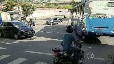 Motoristas desrespeitam regra de circulação em rotatórias de BH - Infração pode provocar graves acidentes. Motoristas atravessam as rotatórias sem seguir o sentido correto do trânsito.