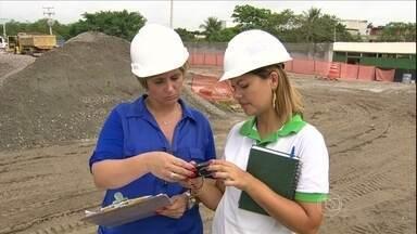 Pesquisa mostra que mulheres estão ocupando mais cargos de chefia - Segundo o IBGE, em dez anos dobrou o número em alguns setores. A média de mulheres em cargos de chefia no Brasil é de 5%. Nos setores da construção civil e transporte os percentuais dobram.