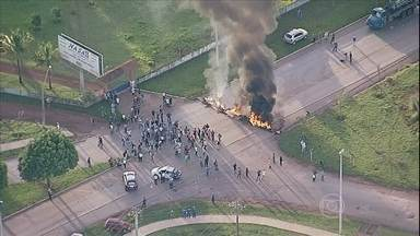 Moradores protestam contra falta de transporte coletivo no DF - Eles fecharam duas estradas que dão acesso à Brasília. O grupo colocou fogo em pneus para fechar a BR 080 e a DF 430. A passagem na estrada só foi liberada para ambulâncias e viaturas da polícia.