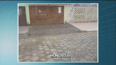Prefeitura cumpre promessa e fecha buraco de Mongaguá, SP - Um morador chamado Itaci havia reclamado do buraco que ficava em frente à casa dele. O local já foi consertado.