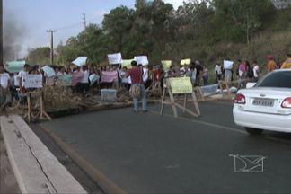 Estudantes da UFMA voltaram a interditar a Avenida dos Portugueses, em São Luís - Um enorme congestionamento se formou nos dois sentidos da avenida, e muita gente teve que seguir a pé para o trabalho.