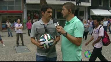 Globo Esporte mostra a bola da Copa do Mundo - Craque Lúcio Flávio testa a Brazuca no centro de Curitiba