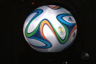 Bola oficial da copa, Brazuca foi inspirada nas fitas do Senhor do Bonfim - Bola foi testada em Costa do Sauípe, onde acontece o sorteio dos grupos para a competição.
