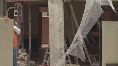 Moradores de prédio com estrutura danificada passarão a noite fora de casa - Moradores sentiram o prédio tremer e saíram rapidamente na manhã desta quinta-feira