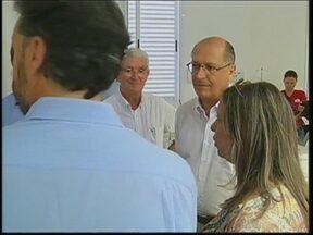 Governador inaugura clínica para dependentes químicos e entrega ambulâncias na região - O governador Geraldo Alckmin esteve hoje na região Centro-Oeste Paulista. Em Botucatu, ele inaugurou uma clínica especializada no tratamento de dependentes químicos e em Agudos, entregou ambulâncias