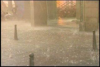 Temporal com chuva de granizo alaga ruas de Petrópolis, RJ - Centro, Bingen e Mosela são alguns dos pontos mais atingidos.Trânsito está complicado em vários pontos da cidade.