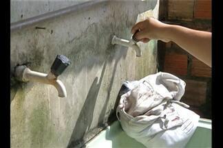 Moradores do bairro do Tapanã, em Belém, sofrem com a falta de água - Há quase um mês eles precisam comprar água mineral ou pedir agua do vizinho que tem poço artesiano para fazer as tarefas domésticas.