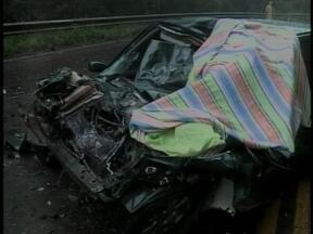 Acidente deixa um morto na ERS-406 em Nonoai, RS - Carro da vítima se chocou contra caminhaão.