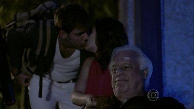Aline e Ninho se beijam na frente de César - A vilã derrama mais veneno na garrafa de bebida do marido