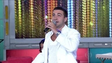 Leo Russo canta música em homenagem às fofoqueiras - Cantor relembra como surgiu a paixão pelo samba