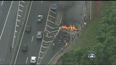 Moradores fazem protesto em alça de acesso da Via Dutra em Nova Iguaçu - Os manifestantes atearam fogo numa barricada, interditando uma alça de acesso na altura do bairro da Prata. A linha férrea também foi bloqueada.
