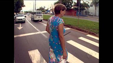 Veja a dona Regina conciliando pedestres e motoristas - Ela mora em Londrina e faz questão de alertar motoristas que a preferência na faixa é para os pedestres.