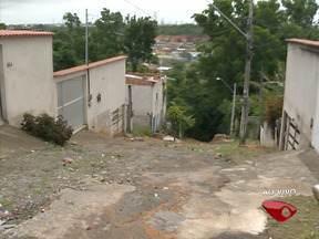 Moradores de Campina Grande, na Serra, reclamam de buraco no bairro - Moradores de Campina Grande, na Serra, reclamam de buraco no bairro.