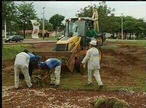 Funcionários da prefeitura limpam cidade após chuva - Funcionários da prefeitura limpam cidade após chuva.
