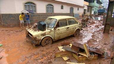 Ruas de Ubá ficaram cobertas de barro após forte chuva - Segundo a Defesa Civil, 300 casas foram danificadas e cinco famílias foram transferidas para abrigos.