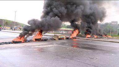 Grupo fecha BR-101 no ES em protesto por apropriação de lotes - Dois sentidos foram bloqueados na altura do bairro Planalto Serrano.Representante da prefeitura foi ao local e pista foi liberada cerca de 9h30.