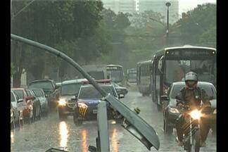 Chuva forte e ventania causam estragos na capital paraense - Telhado dos armazéns 1 e 2 da Estação das Docas foram arrancados pelo vento.