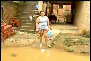 Rio Itabapoana invade casas em Bom Jesus do Itabapoana, RJ - Carros foram arrastados pela correnteza no Noroeste do Rio.