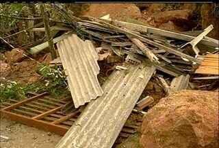 Deslizamento de pedra destrói casa e família escapa em Friburgo, no RJ - Segundo a Defesa Civil, uma mulher e três crianças estavam no imóvel.Outras duas casas também foram interditadas.