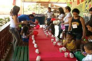 Estudantes promovem festa de natal para crianças carentes - Os alunos de uma escola pública da área central de Santarém visitaram o bairro Santarenzinho.