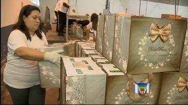 Temporários que produzem cestas de natal em Pinda e Taubaté sonham com emprego - São tantas encomendas, que as cestas também acabaram virando um presente para quem estava em busca de emprego. Supermercados das cidades investem na contratação de funcionários temporários.